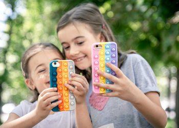 Ilustrasi anak-anak mengakses aplikasi TikTok