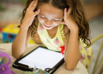 Ilustrasi tablet belajar online (Foto: Patricia Prudente/unsplash)
